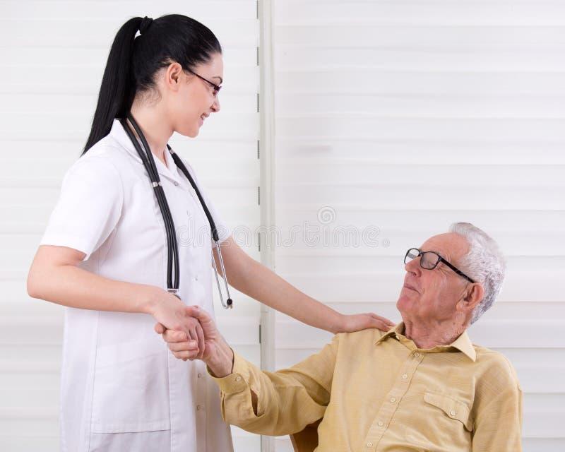 Pielęgniarki i starszego mężczyzna chwiania ręki obrazy stock