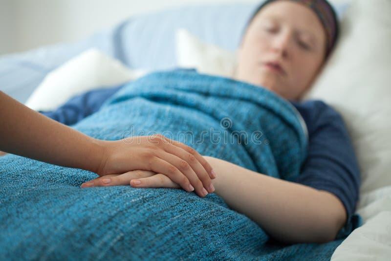 Pielęgniarki mienia ręka chora kobieta fotografia stock