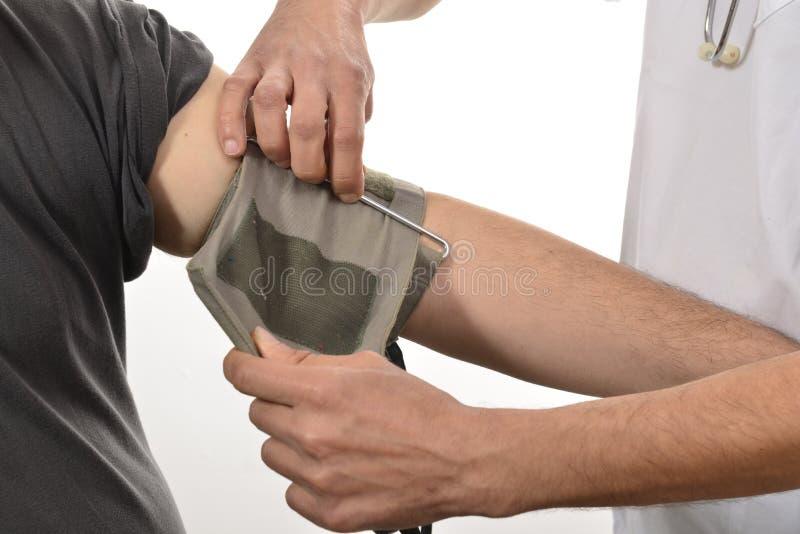 Pielęgniarki monitorowanie ciśnienie krwi obraz stock