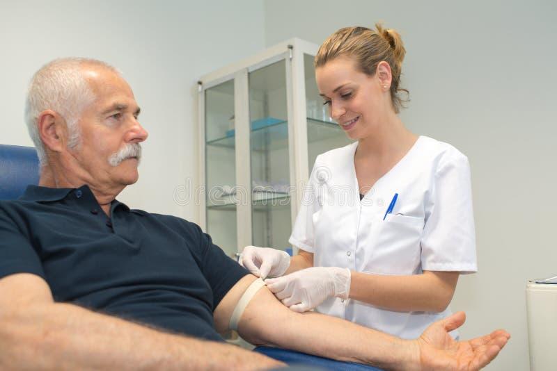 Pielęgniarki narządzania pacjent Dla badania krwi fotografia royalty free
