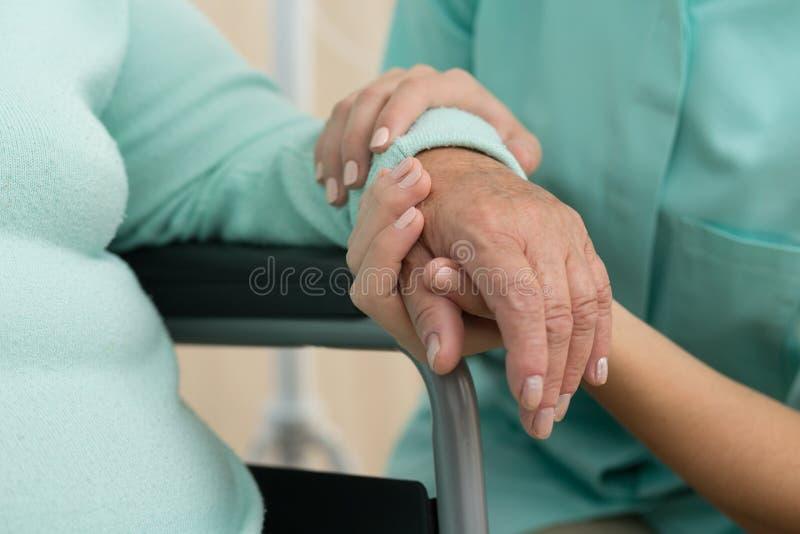 Pielęgniarki podporowa stara kobieta zdjęcie royalty free