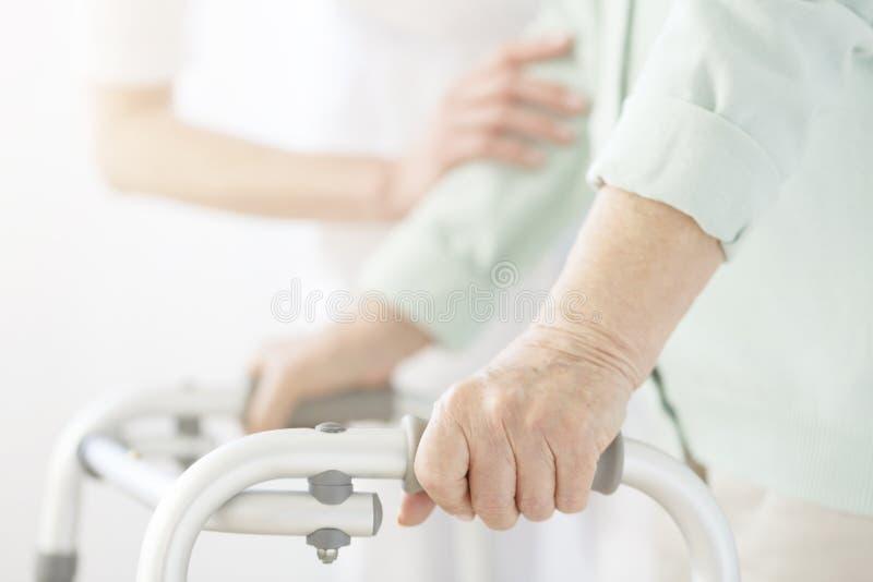 Pielęgniarki podporowa starsza osoba obrazy royalty free
