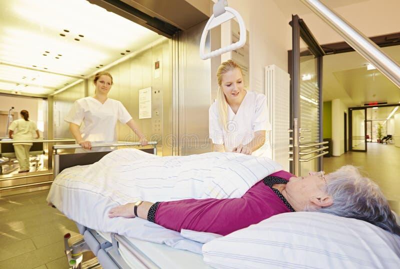 Pielęgnuje cierpliwą łóżko szpitalne windę obraz royalty free