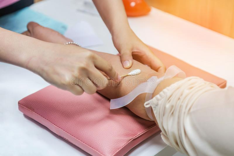 Pielęgnuje czystą cierpliwą ` s rękę z alkoholu mopu narządzania zastrzykiem dla krwionośnej rysunek próbki dla badania krwi obrazy stock