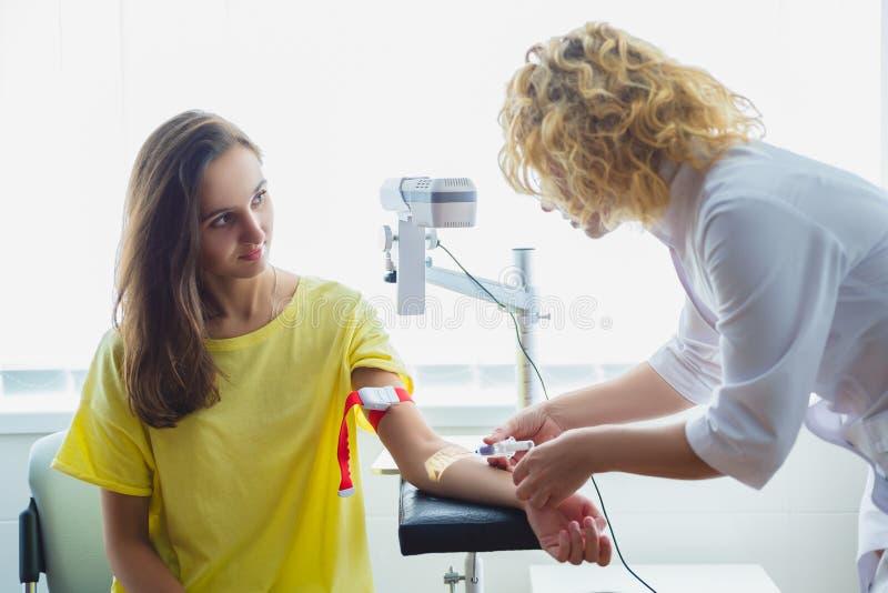 Pielęgnuje narządzanie robić zastrzykowi dla krwionośnego brać badania lekarskie zdjęcia royalty free