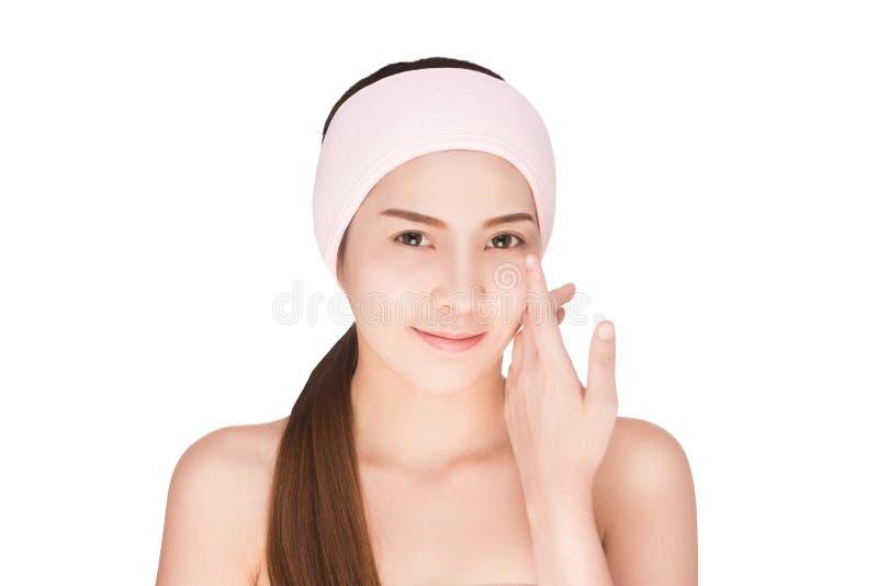 Piel conmovedora de la belleza de la mujer asiática del skincare en cara imagen de archivo