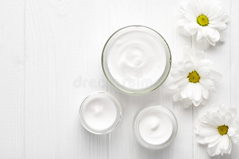 Piel cosmética poner crema herbaria de la hidración de los hombres, cuerpo, loción hidratante de la terapia del tratamiento del h imagen de archivo