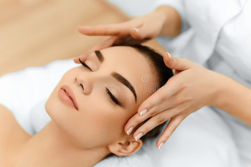Piel, cuidado del cuerpo Mujer que consigue masaje de cara del balneario de la belleza Treatmen imagen de archivo