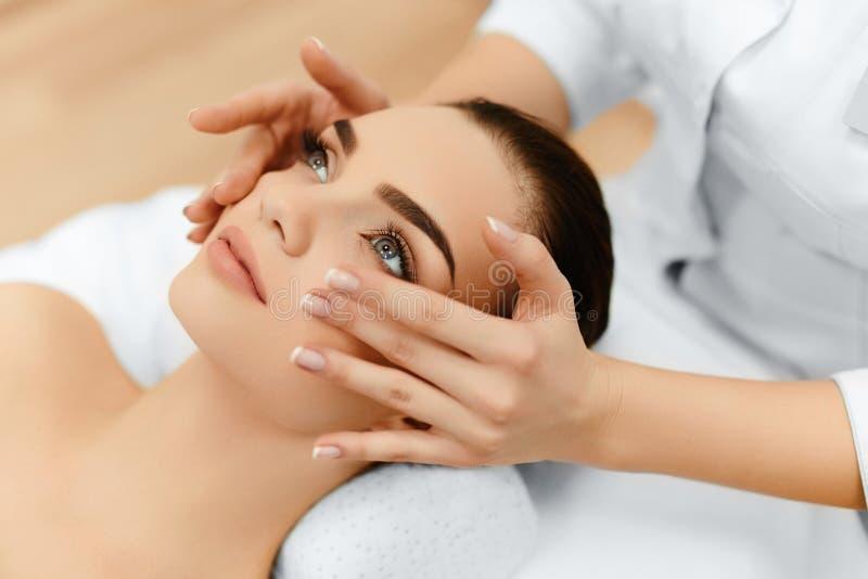 Piel, cuidado del cuerpo Mujer que consigue masaje de cara del balneario de la belleza Treatmen foto de archivo libre de regalías