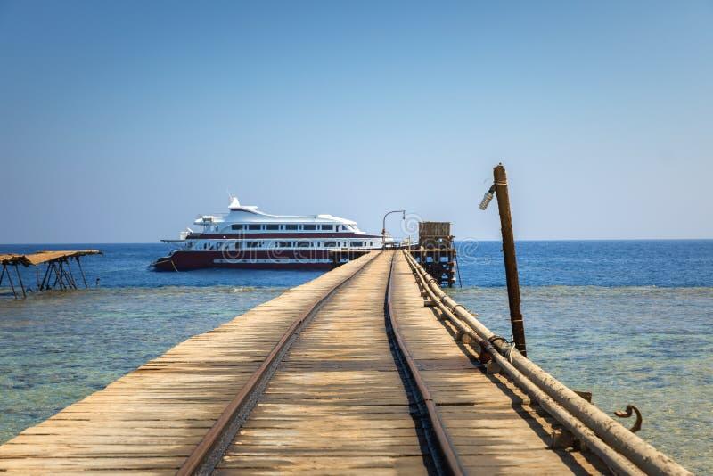 Piel de madeira longo que conduz no mar fotos de stock royalty free