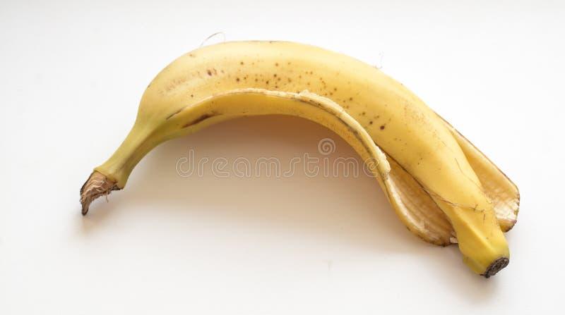 Piel de plátano en el fondo blanco fotos de archivo