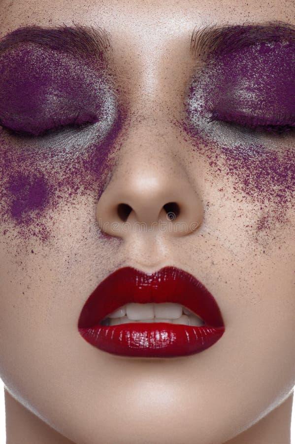 Piel hermosa, labios rojos y maquillaje púrpura foto de archivo libre de regalías
