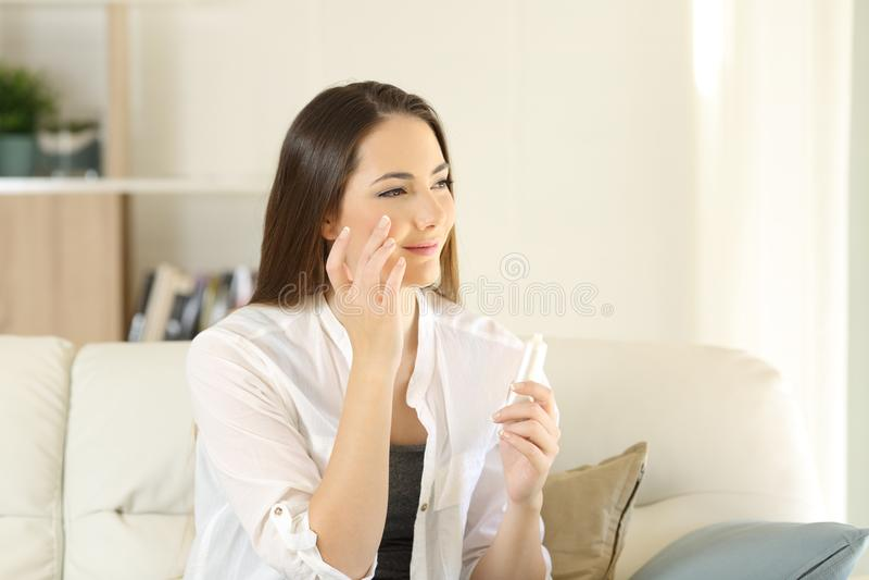 Piel hidratante de la cara de la mujer de la belleza en casa imágenes de archivo libres de regalías