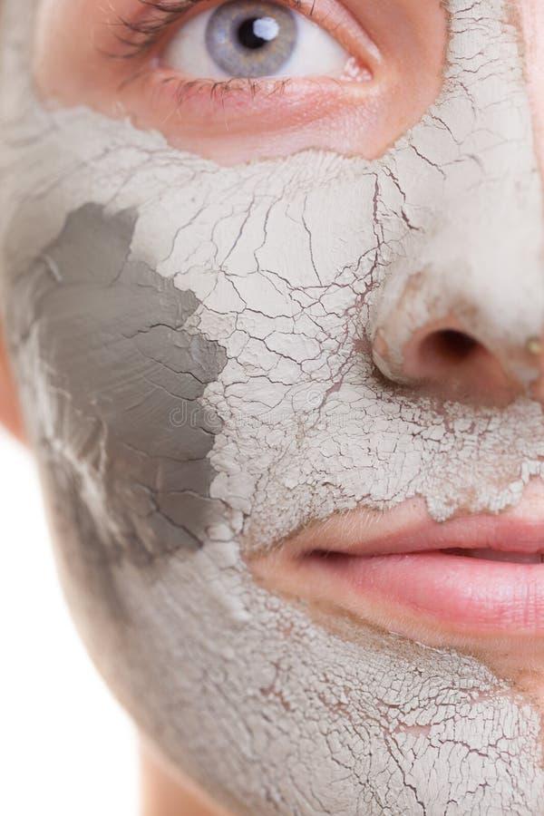 Piel. Mujer que aplica la máscara de la arcilla en cara. Balneario. fotografía de archivo