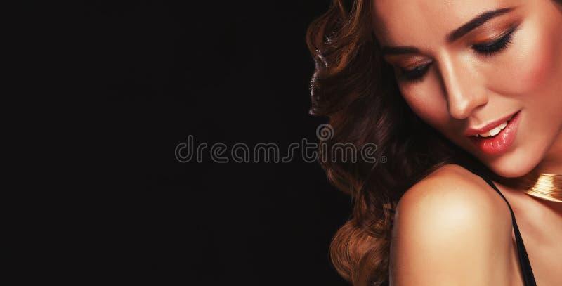 Piel sana del pelo del hairsstyle moreno largo hermoso de la mujer fotografía de archivo libre de regalías