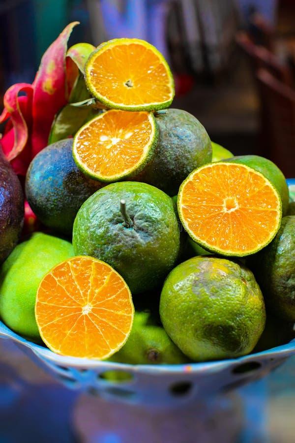 Piel von asiatischen exotischen Früchten auf der Platte Äpfel, Orangen, Mangos, Drache und Maracujas lizenzfreie stockfotos