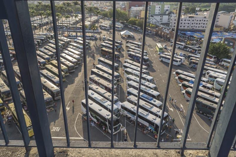Pielgrzymów autobusy w zatłoczonym parking blisko bazyliki Nasz dama Aparecida, Brazylia zdjęcie stock