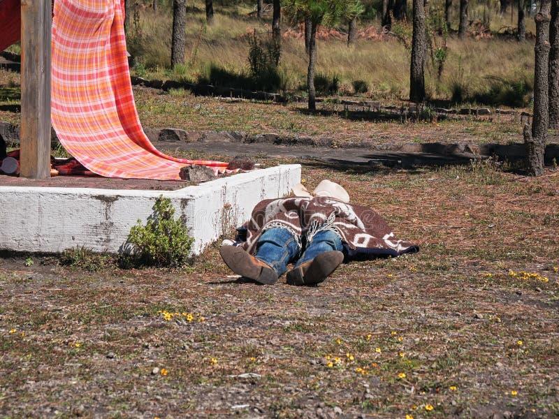 Pielgrzym odpoczywa na ziemi zdjęcie stock