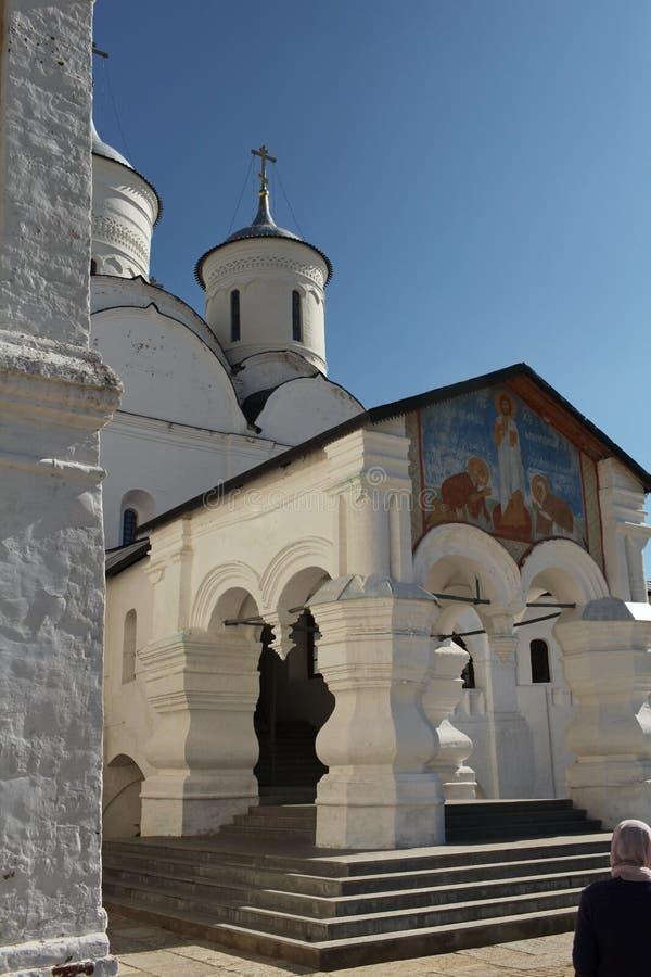 Pielgrzym przy wejściem Chrześcijańska świątynia zdjęcia royalty free