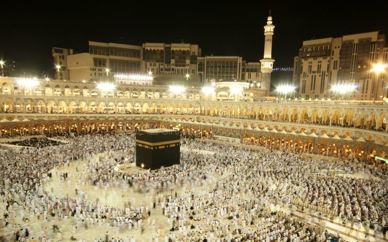 Pielgrzymi circumambulate Kaaba zdjęcia royalty free