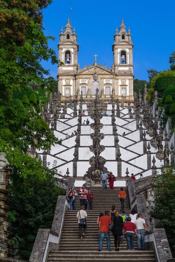 Pielgrzymi i turyści odwiedza Bom Jezus robią Monte sanktuarium obraz stock
