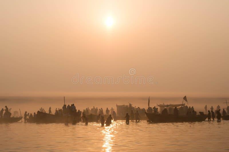 Pielgrzymi Kąpać się w Ganges przy wschodem słońca, Varanasi, India obraz stock