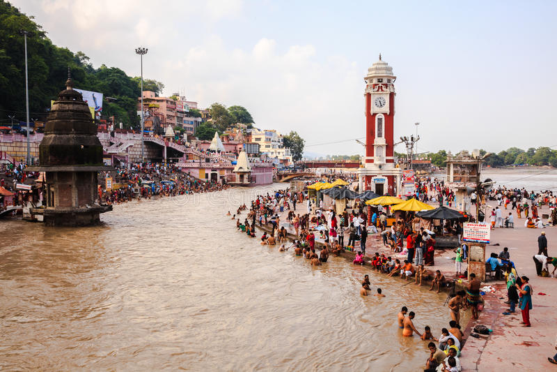 Pielgrzymi kąpać się w Ganges rzece zdjęcia royalty free