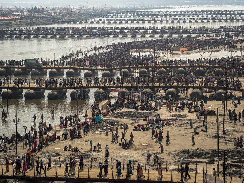 Pielgrzymi Krzyżuje Pontonowych mosty przy Kumbh Mela 2013 fotografia stock