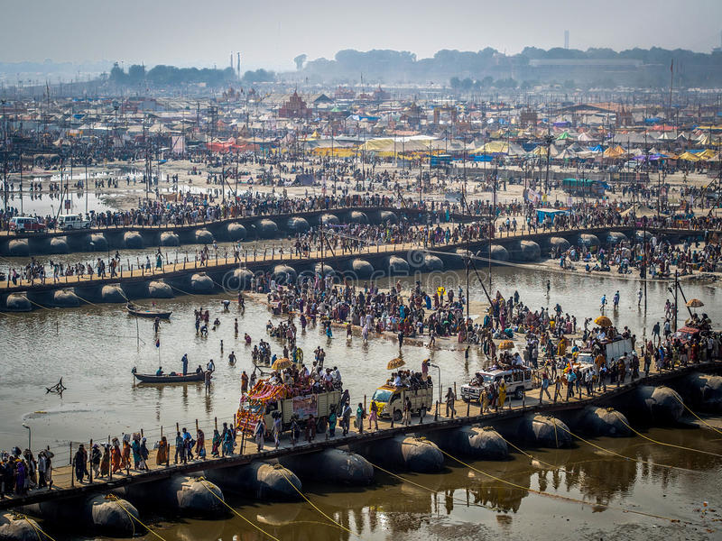 Pielgrzymi Krzyżuje Pontonowych mosty przy Kumbh Mela 2013 zdjęcia stock