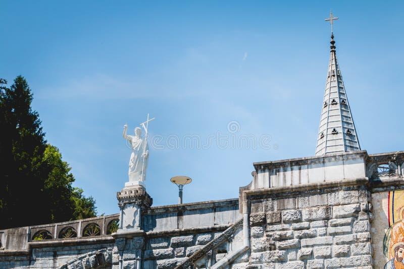 Pielgrzymi przewodzi w kierunku cudownych wodnych basenów Lourdes obraz royalty free