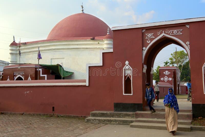 Pielgrzymi przy Ulugh Khan Jahan mauzoleumem w Bagerhat, Bangladesz obrazy stock