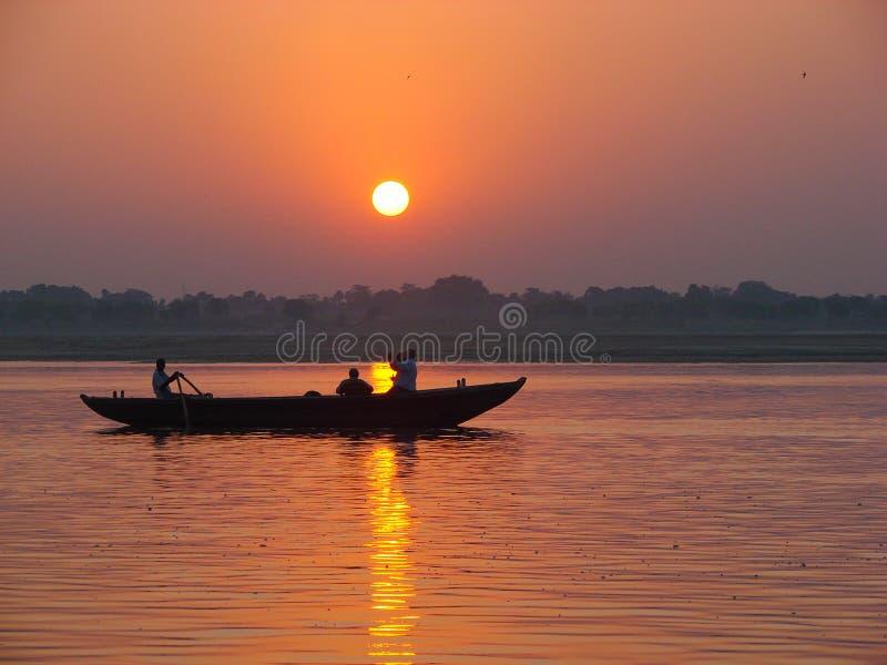 Pielgrzymi unosi się łodzią święta Ganges rzeka Wschód słońca w Varanasi, Uttar Pradesh, India zdjęcie royalty free