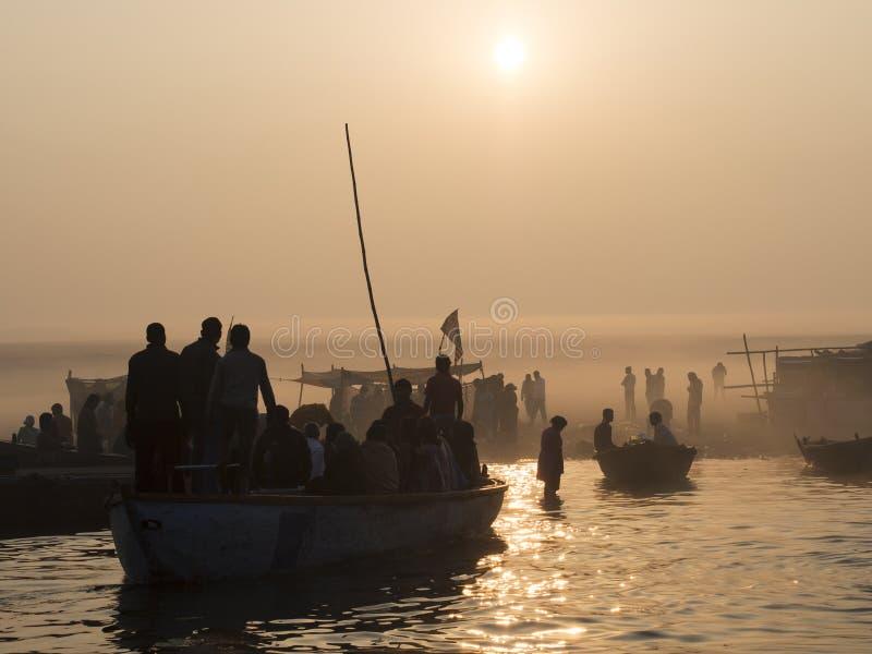 Pielgrzymi Zbliża się Wschodniego banka Ganges w Varanasi, Wewnątrz fotografia royalty free