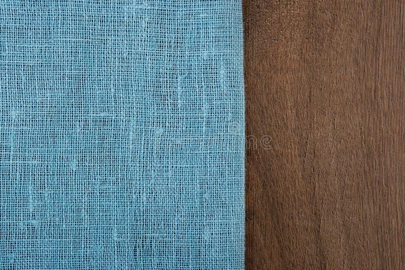 Pielucha od lewa strona drewnianego stołu zdjęcia stock