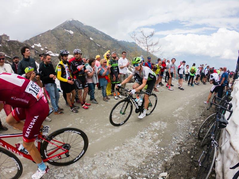 Piemonte, Italia 28 maggio 2018 I ciclisti guidano in salita durante il postagiro internazionale D ?Italia della corsa di ricicla fotografia stock libera da diritti