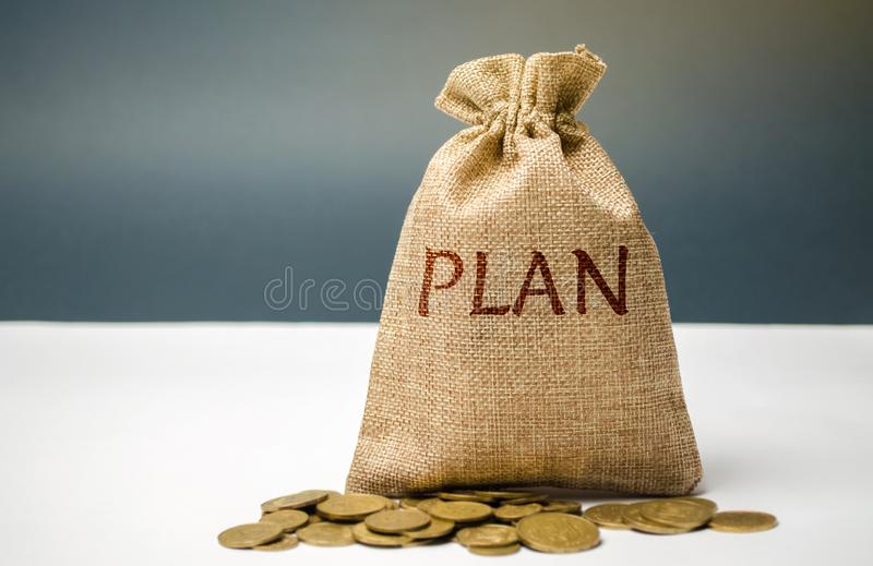 Pieniądze torba z monetami i słowo planem Osobisty pieniężnego planowania pojęcie Zarządzanie rodzinny budżet Oszczędzania i obrazy royalty free