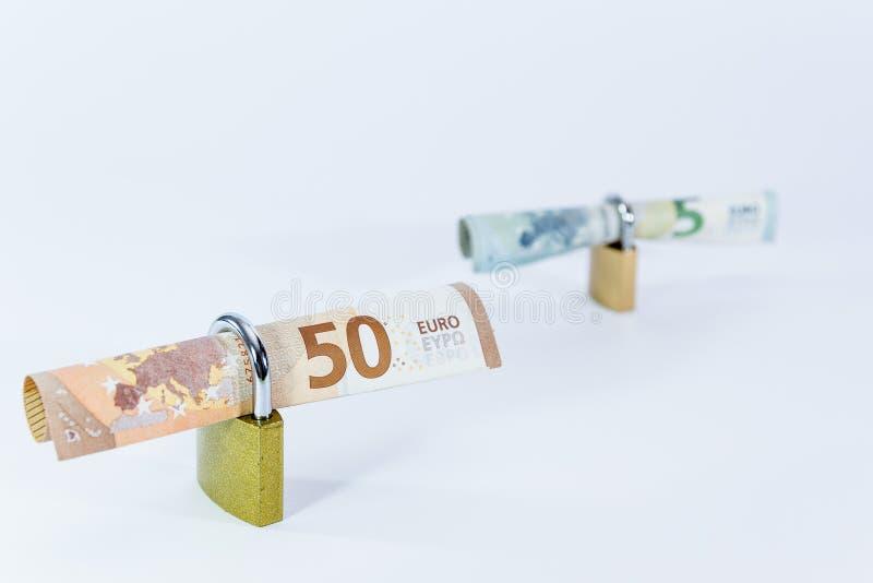Pieniądze wartości Euro banknoty z kłódką, unia europejska system płatności fotografia stock
