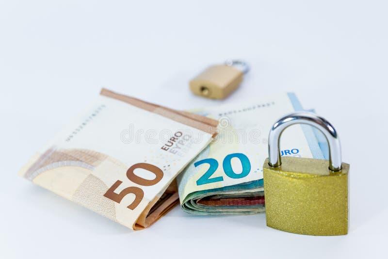 Pieniądze wartości Euro banknoty z kłódką, unia europejska system płatności obrazy stock
