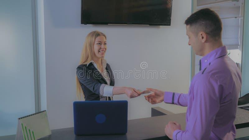 Pieniężny kierownik przy pracującym miejscem fotografia royalty free