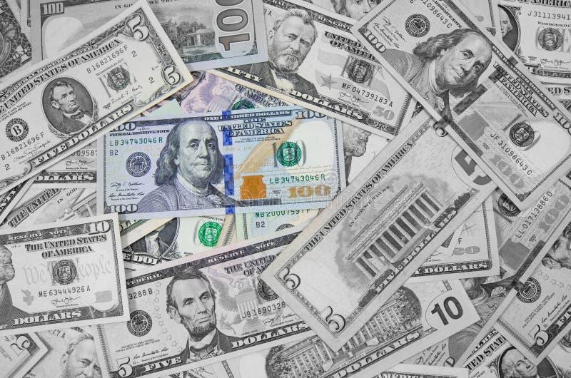 Pieniądze amerykanina sto dolarowych rachunków stos różnorodne waluty odizolowywać na białym tle Zbliżenie asortowani Amerykańscy obraz stock
