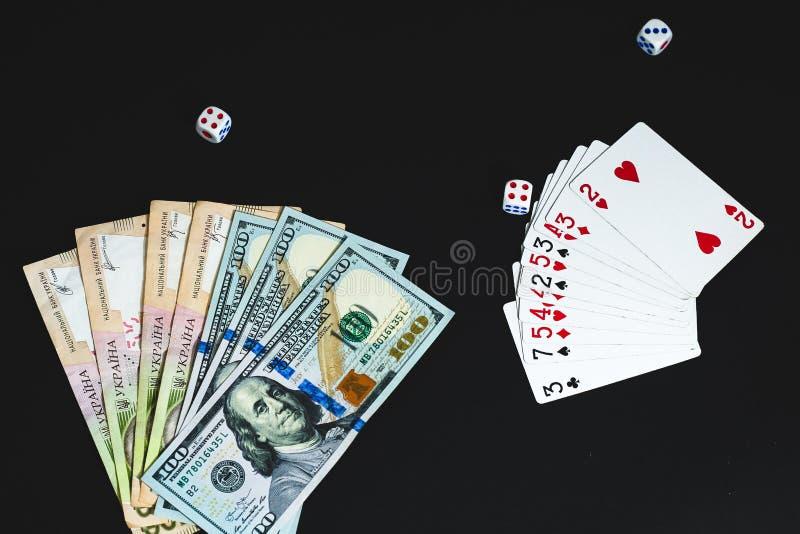 Pieniądze, dices i karty na czarnym tle Zako?czenie fotografia royalty free