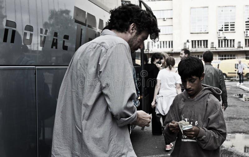 Pieniądze frymarczenie z cygańską chłopiec zdjęcia royalty free