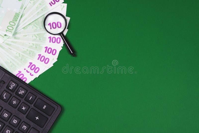 Pieniądze, kalkulator i powiększać, - szkło na zielonym tle obrazy stock