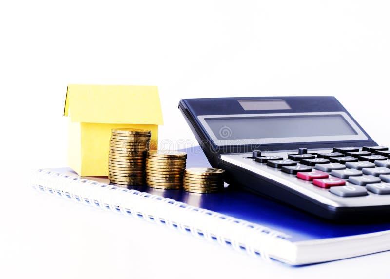 Pieniądze monety brogują kalkulatora na Błękitnym dzienniczka b i tapetują dom i fotografia royalty free