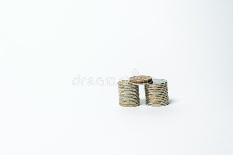 Pieniądze monety są brogującym ostrosłupem, ubóstwem i bogactwem, Bia?y t?o royalty ilustracja