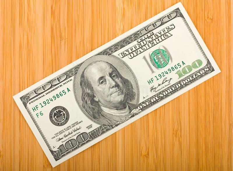 Pieniądze na bambusowej desce zdjęcia stock