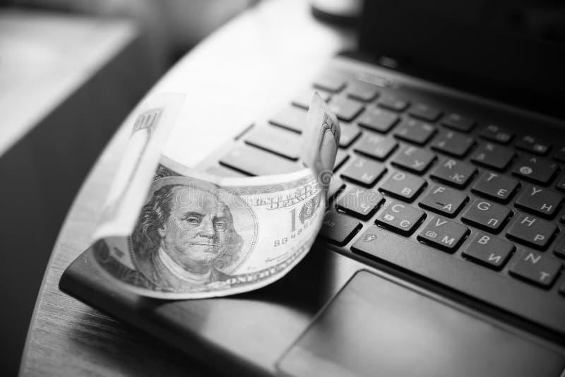 Pieniądze na notatniku, laptop, dolar obrazy royalty free