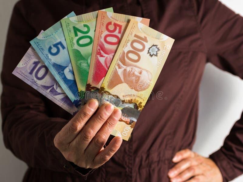 Pieniądze od Kanada dolarów Frontowy widok starej kobiety ręki handl obrazy stock