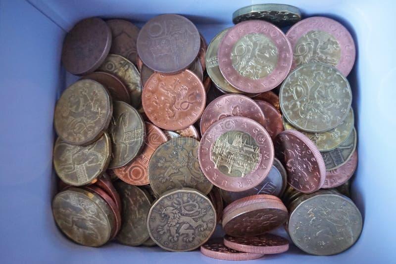 Pieniądze pudełko pełno srebra, miedzianych i złotych monety, (Czeskie korony, CZK) zdjęcia royalty free