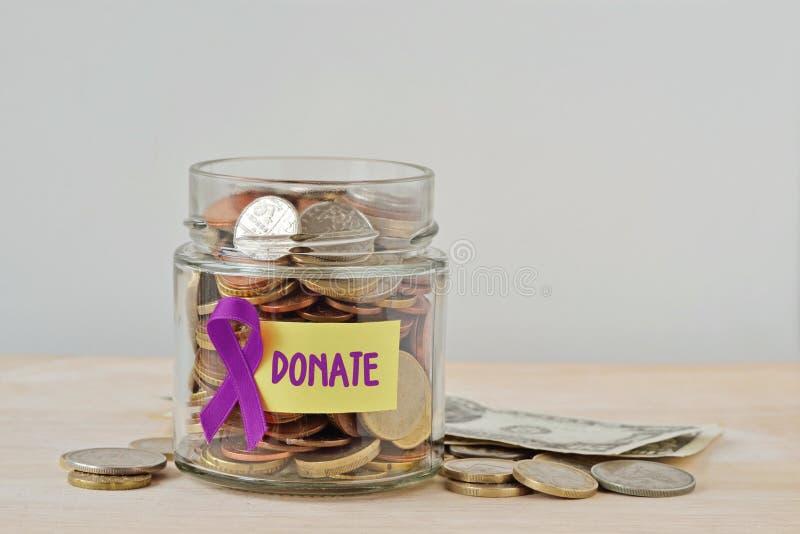 Pieniądze słój pełno monety z fiołkowym faborkiem i Daruje etykietkę - pojęcie Alzheimer, Trzustkowy nowotwór, epilepsja, Hodgkin obraz stock